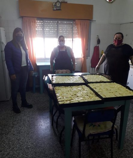 PIZZAS Y TORTAS FRITAS PARA EL PERSONAL QUE TRABAJA EN EL VACUNATORIO LOCAL